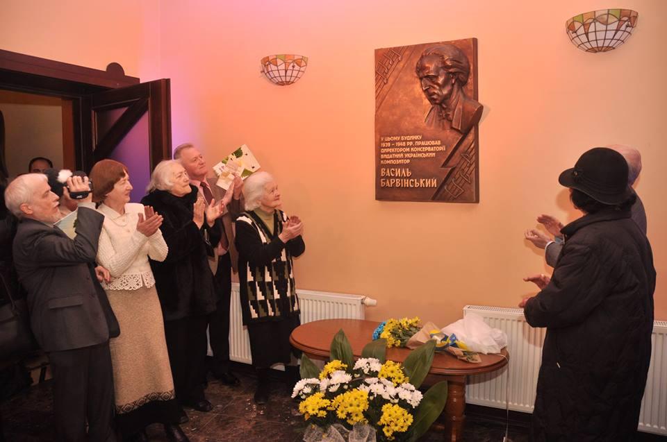 24 Учні Барвінського біля пам'ятної дошки фото А.Куб'як
